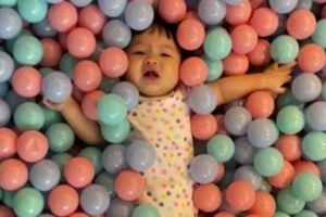Biểu cảm 'lật mặt' của bé Suchin nhà Cường Đô La khi chơi trong nhà bóng, fan nhìn vào chỉ biết phì cười
