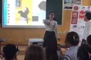 Cô giáo tự tin thể hiện tài lẻ, nhảy vũ điệu nổi tiếng ngay trên lớp khiến học trò thích thú