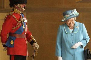 Câu chuyện bất ngờ đằng sau bức ảnh Nữ hoàng Elizabeth cười hạnh phúc bên cạnh Hoàng thân Philip