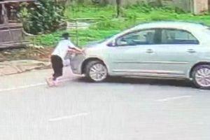 Bé gái chặn đầu xe ô tô của kẻ đã mua 2 két bia không trả tiền
