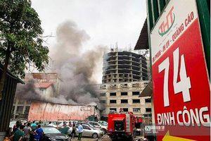 Hà Nội: Sau tiếng nổ lớn, xưởng in trên phố Định Công bất ngờ bốc cháy