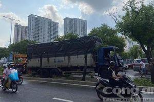 Xe tải tông gãy loạt cây xanh trên đại lộ Võ Văn Kiệt ở Sài Gòn