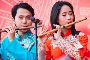 Bài 3: Vợ chồng cùng yêu âm nhạc truyền thống
