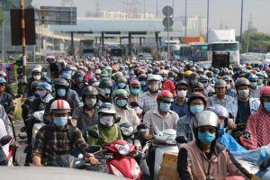 Mưa sáng sớm, người dân TPHCM 'nghẹt thở' trong cảnh kẹt xe