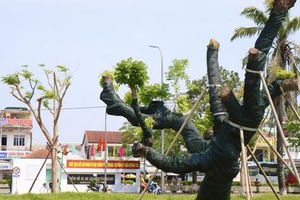 Cận cảnh 'cụ' xà cừ trăm năm tuổi ở Huế hồi sinh thần kỳ sau bão 13