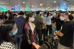'Biển người' chen chúc tại cửa soi chiếu sân bay Tân Sơn Nhất