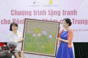 Tặng 35 tranh sơn dầu cho Bệnh viện Châm cứu Trung ương giúp động viên tinh thần người bệnh
