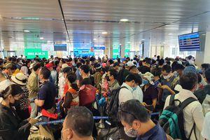 Hàng nghìn người xếp hàng chờ qua cửa an ninh ở sân bay Tân Sơn Nhất
