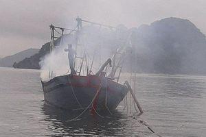 Tàu cá bốc cháy khiến 3 người bị bỏng nặng