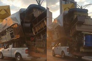 Xe bán tải F-150 chở cả 'núi đồ' vẫn chạy bon bon trên đường