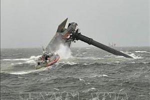 Lật tàu bốc dỡ hàng ở Mỹ, ít nhất 1 người thiệt mạng