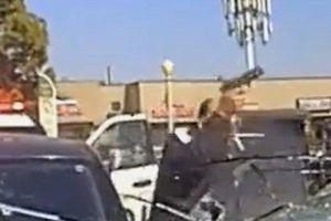 Clip: Cựu cảnh sát tông trực diện xe tuần tra, xả súng như mưa