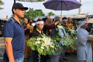 Nhiều sao Việt có mặt tại lễ tang nghệ sĩ Đức Lang, Hiếu Hiền thất thần trong thời khắc cuối cùng bên bố