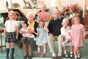 Nữ hoàng và Hoàng thân Philip hạnh phúc bên 7 chắt và những bức ảnh chưa từng công bố