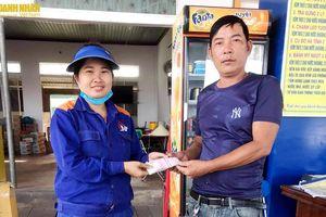 Hà Tĩnh: Nhân viên cửa hàng xăng dầu nhặt được hơn 22 triệu đồng và trả lại người đánh mất