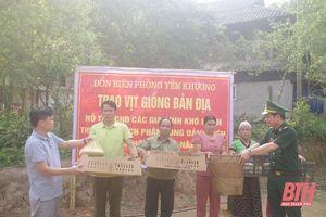Hỗ trợ vịt giống bản địa cho Nhân dân xã biên giới Yên Khương