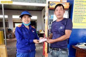 Hà Tĩnh: Nhân viên cửa hàng xăng dầu trả lại hàng chục triệu đồng cho khách hàng đánh rơi
