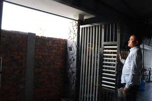 Nghi ngờ bị 'chửi' trên Facebook, người đàn ông xây tường kiên cố bịt lối đi lại nhà hàng xóm