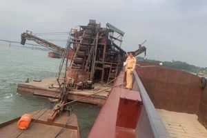 CSGT bắt quả tang tầu cuốc 'khổng lồ' hút bán cát lên tàu hàng trên sông Đà