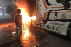 Xe đầu kéo đang vào trạm thu phí cao tốc bất ngờ bốc cháy