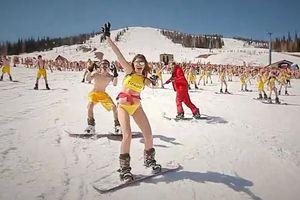 700 người mặc đồ bơi trượt tuyết tại Nga
