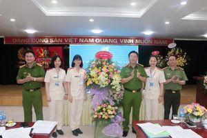 Đại hội Phụ nữ Công an huyện Gia Lâm: Đại biểu nghiên cứu văn kiện bằng thẻ tích hợp mã QR