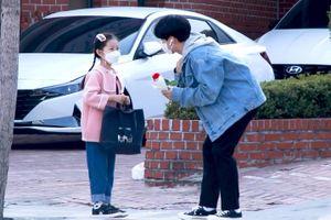 Phản ứng của người Hàn khi được bé gái lạ mặt tặng hoa