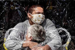 'Cái ôm đầu tiên' giữa đại dịch đoạt Giải Ảnh Báo chí thế giới