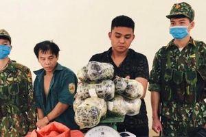 Hai người đàn ông bị bắt quả tang khi đang tàng trữ 16kg nhựa thuốc phiện