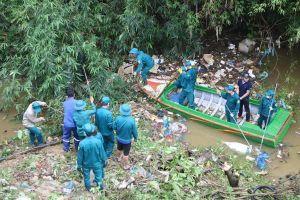 Hà Tĩnh: Hàng trăm thanh niên 'xắn tay' làm sạch sông Ngàn Phố