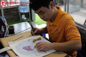 Những bàn tay khuyết tật biến rác thành nghệ thuật