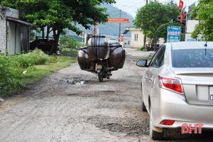 Đường vào cảng cá Thạch Kim hư hỏng kéo dài - vì sao vẫn chưa được khắc phục?