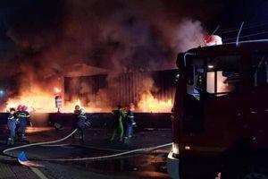 Xe container phát nổ cháy rụi trên QL1A, tài xế thoát nạn