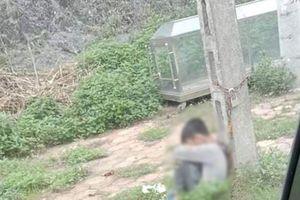 Phẫn nộ với hình ảnh cháu trai 10 tuổi bị bố xích vào cột điện ở Lạng Sơn