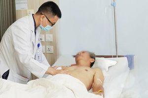Cụ ông bị dập phổi, vỡ gan do ngã từ cây xoài