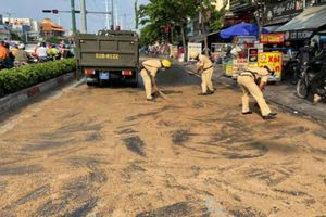 Dầu nhớt tràn ra đường, CSGT rải cát để người đi đường khỏi bị trượt