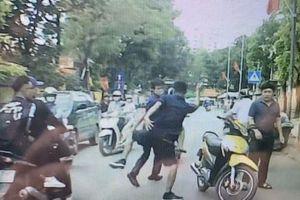 Mở cửa xe không cẩn thận, tài xế ô tô bị đuổi đánh trên đường