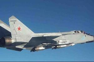 Video siêu tiêm kích MiG-31 Nga xua đuổi trinh sát cơ Mỹ