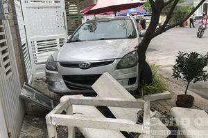 Một phụ nữ lái xế hộp 'vượt' barie, húc văng 2 người trong chung cư ở Sài Gòn