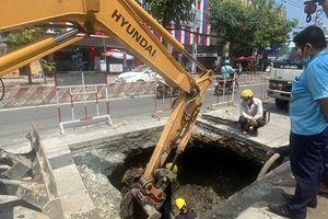 Cận cảnh 'hố tử thần' trên đường ở Sài Gòn