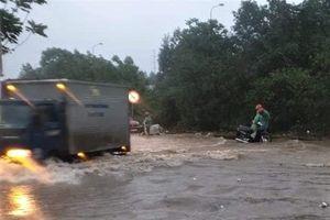 Đường gom đại lộ Thăng Long chìm trong biển nước