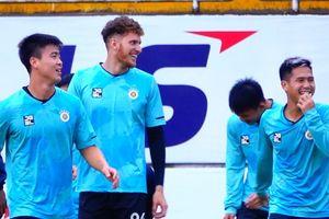 Cầu thủ CLB Hà Nội trêu nhau trước trận gặp HAGL