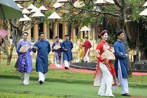 Dầm mưa xem trình diễn áo dài truyền thống xứ Huế