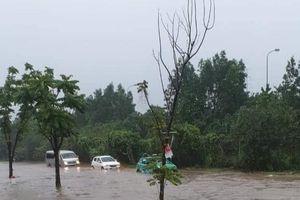 Đại lộ Thăng Long ngập như sông, nhiều ô tô xe máy 'bì bõm'