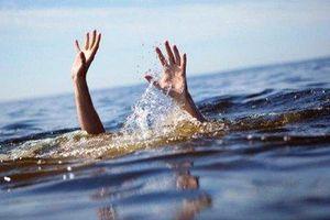 Bố mẹ đau đớn nhận hung tin hai con gái sinh đôi chết đuối dưới ao nước trước nhà