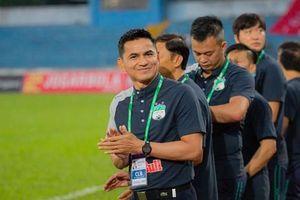 HLV Kiatisuk: 'Người Thái dõi theo đại chiến HAGL và Hà Nội FC'