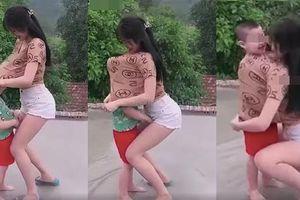 Cô gái đang cùng bé trai vui đùa thì có hành động phản cảm khiến ai nấy đều phẫn nộ