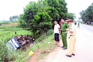 Va chạm với môtô, xe ôtô chở công nhân lao xuống ruộng