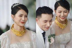 Hình ảnh bà xã Phan Mạnh Quỳnh đeo vàng trĩu cổ khiến ai nấy xuýt xoa
