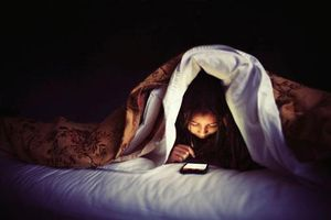 Dùng điện thoại trước khi ngủ nhớ làm đủ 5 điều quan trọng này để không tàn phá não bộ